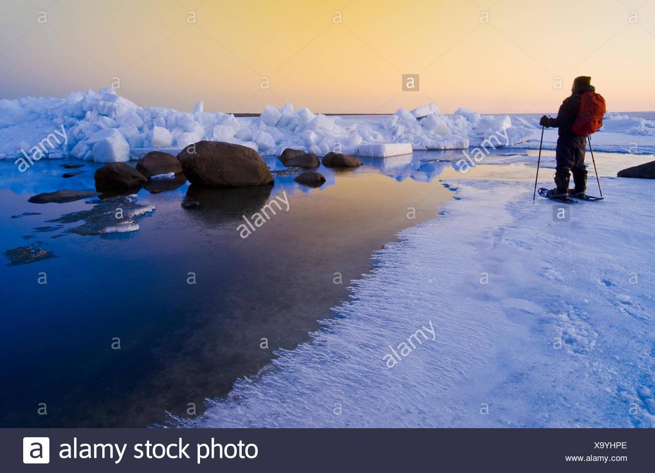 L'homme de la raquette pendant la fonte des glaces au printemps, le lac Winnipeg, Manitoba, Canada Photo Stock
