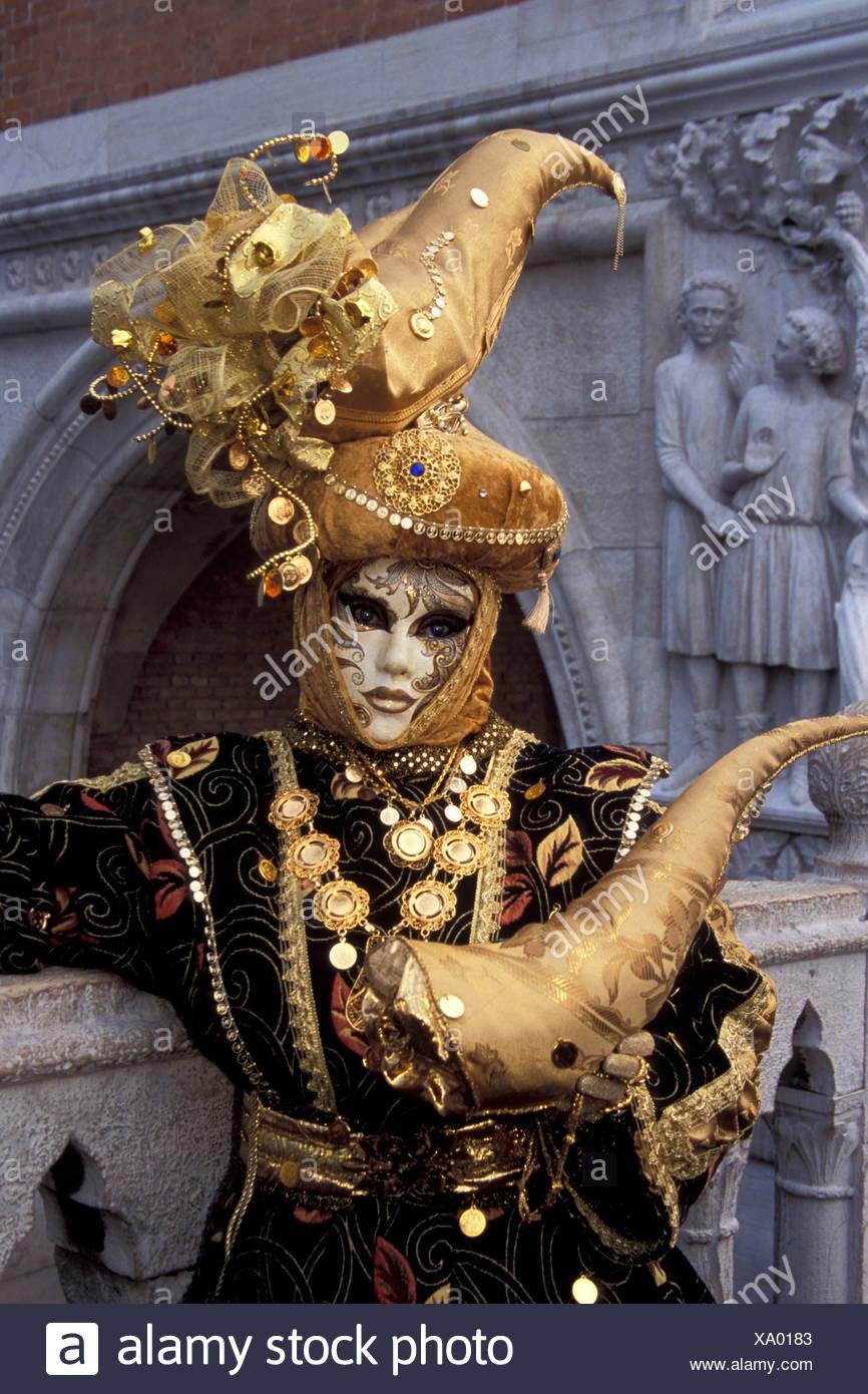 Des motifs complexes dans l'or et noir et une corne Hat sur un costume pour le Carnaval de Venise, Italie Photo Stock