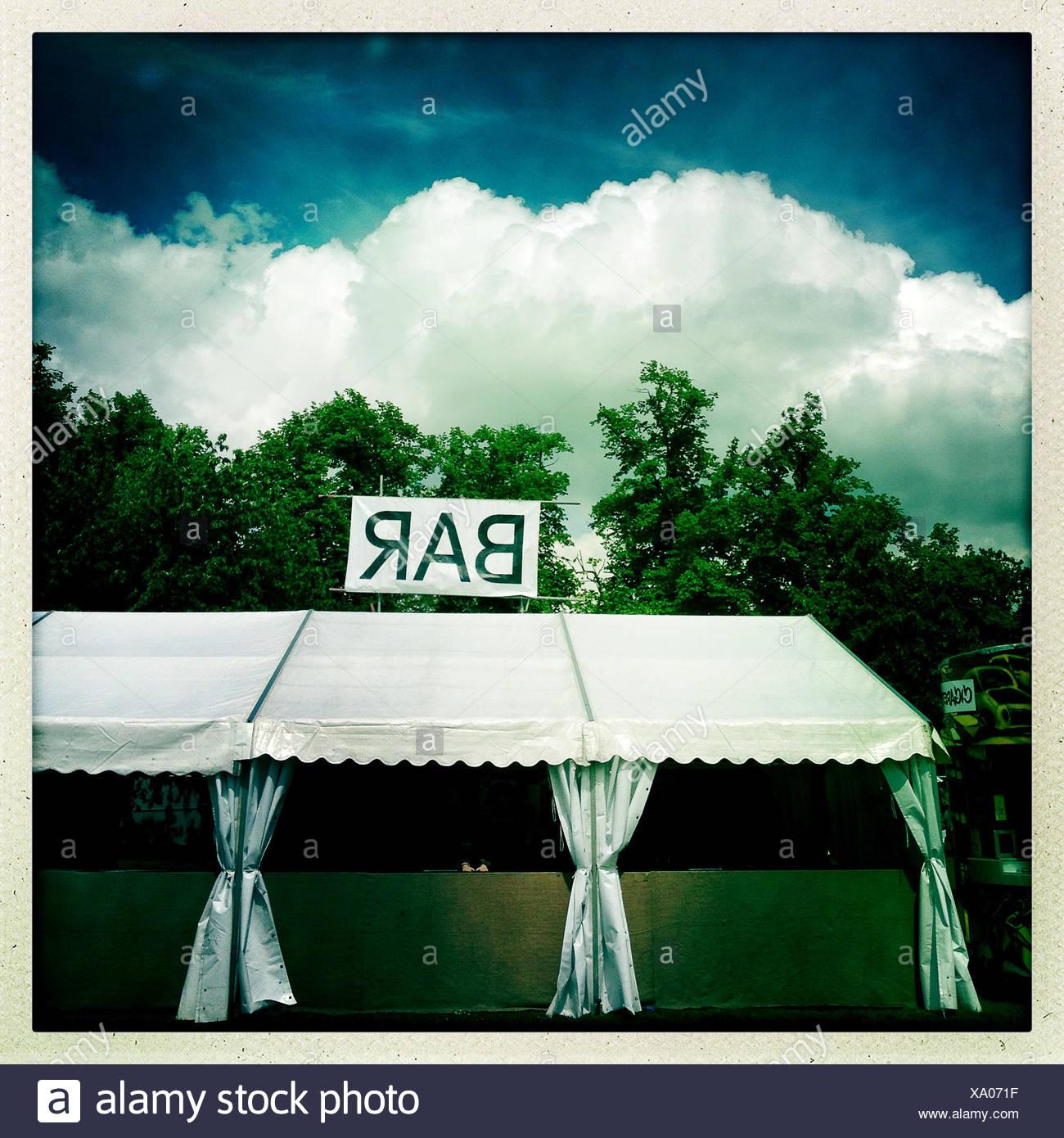 Bar vide tente au festival de musique Banque D'Images