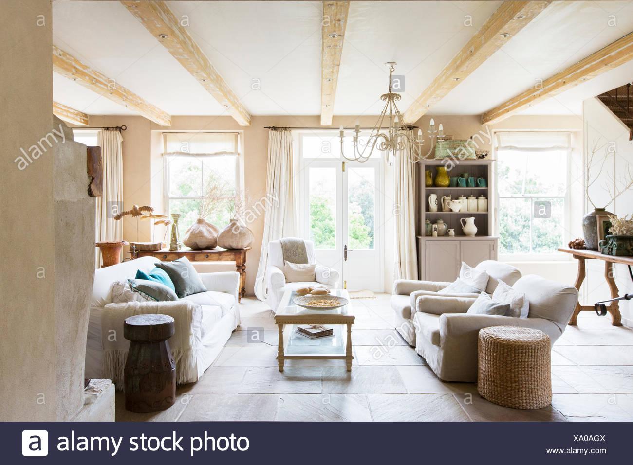 Canapés et une table basse dans un salon rustique Photo Stock
