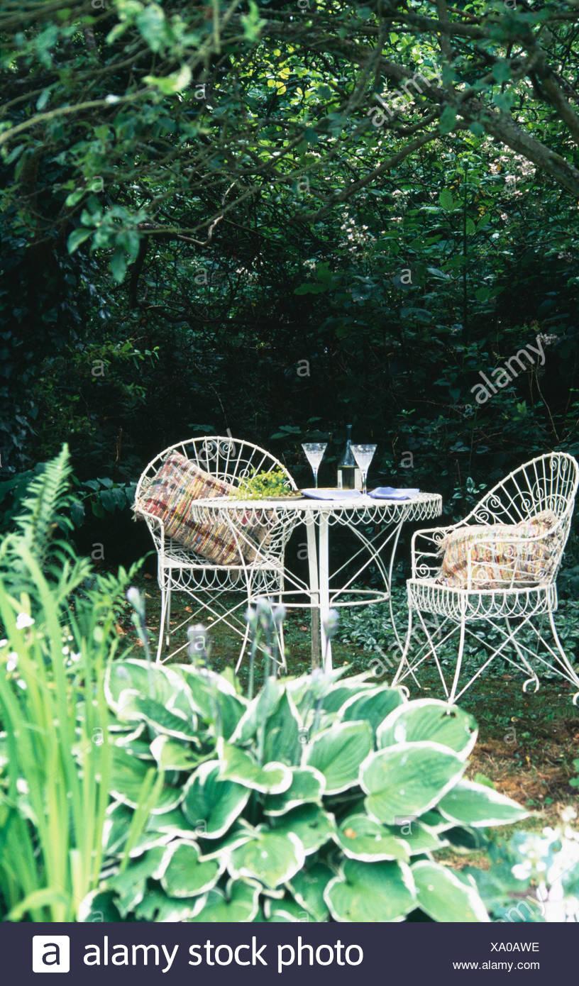 Wire-table de travail et des chaises dans un coin vert ombragé du ...