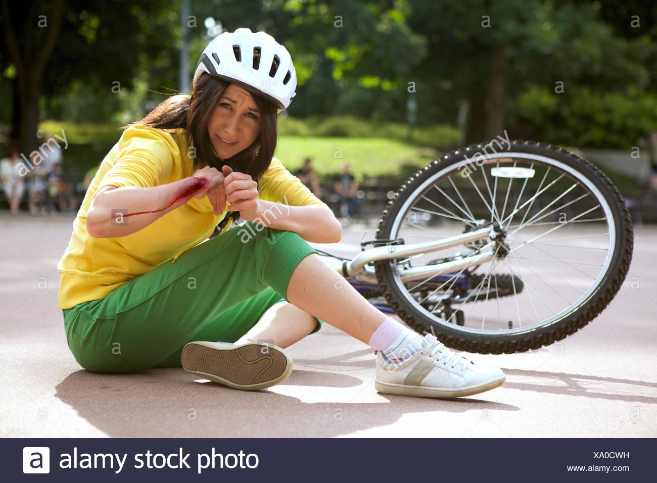 Jeune femme blessée et bras d'embrayage Photo Stock