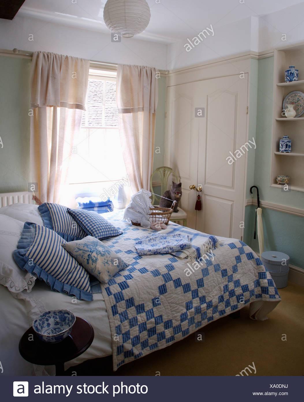 Bleu et blanc à rayures et patchwork coussins sur pays lit chambre ...