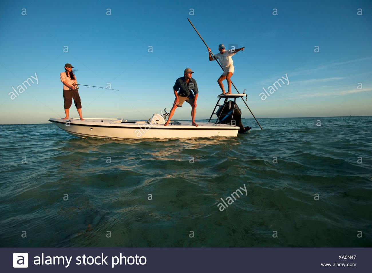 Une femme et un homme poissons et un homme montres pilote la voile en Floride. Photo Stock