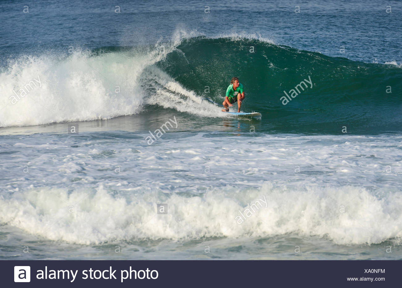 Surfer une vague, France, Landes, Hossegor Photo Stock