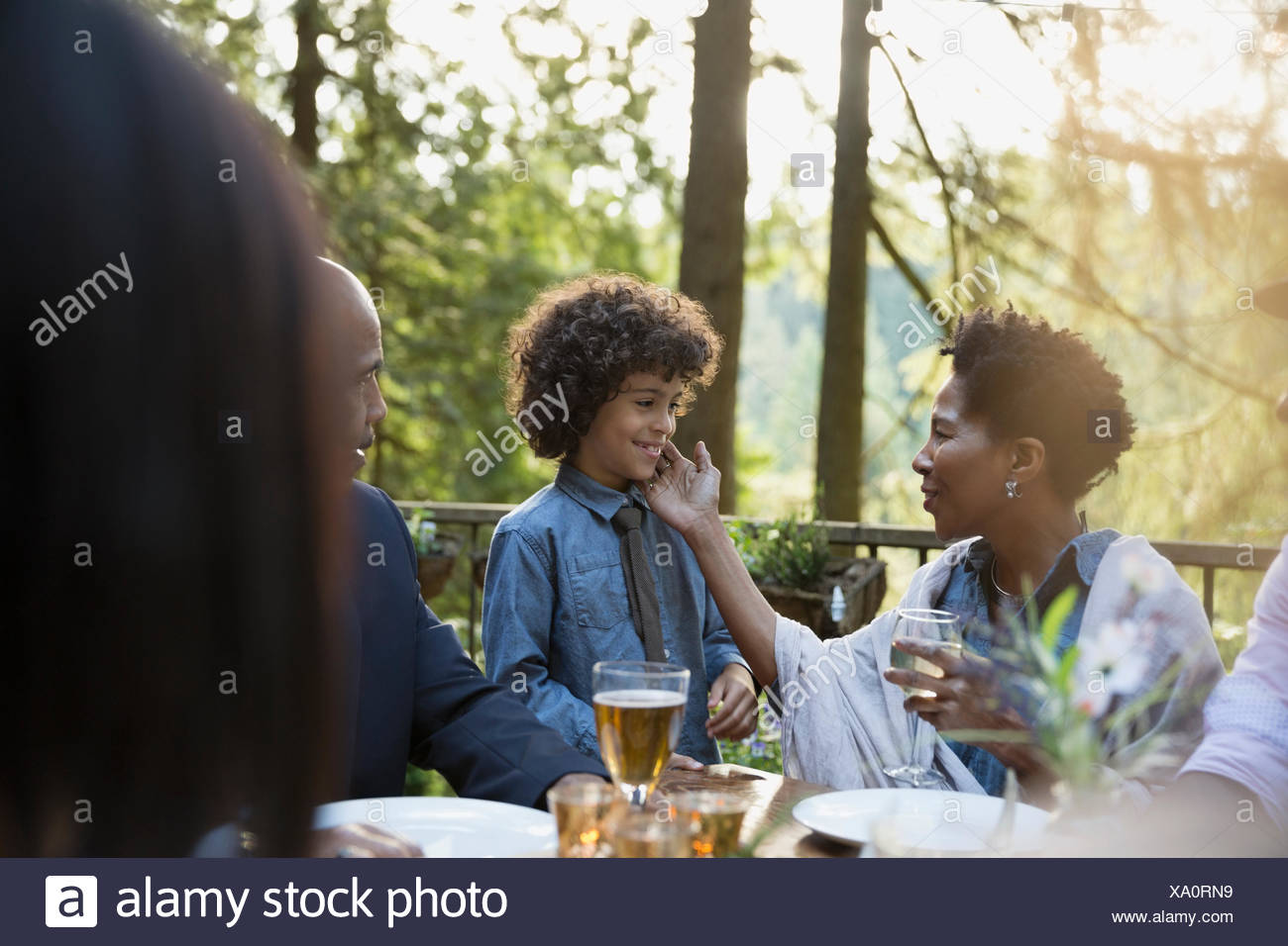 Petit-fils et grand-mère affectueuse at dinner party Photo Stock
