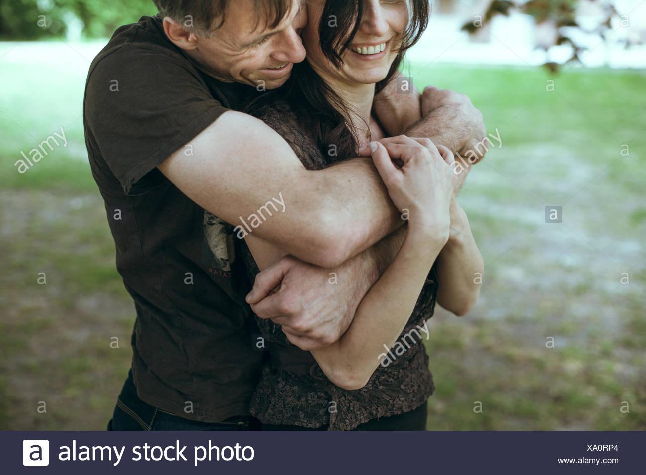 Man embracing femmes mûres de derrière Photo Stock