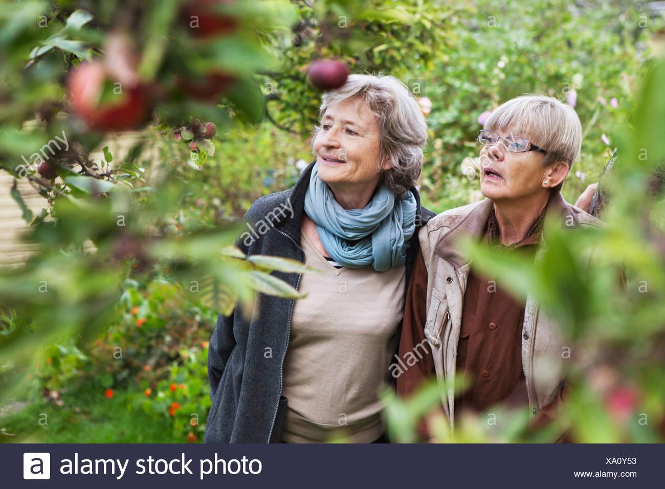 Deux femmes âgées dans jardin Photo Stock
