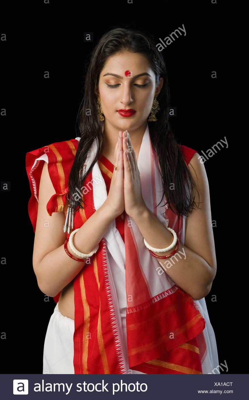 Femme en bengali sari en position de prière Banque D'Images