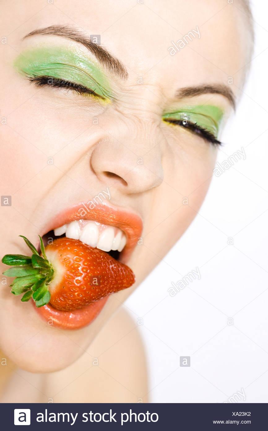 Jeune femme avec fraise Photo Stock