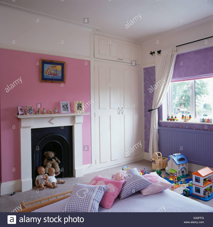 Roses et mauves la chambre de l\'enfant blanc avec armoire et ...