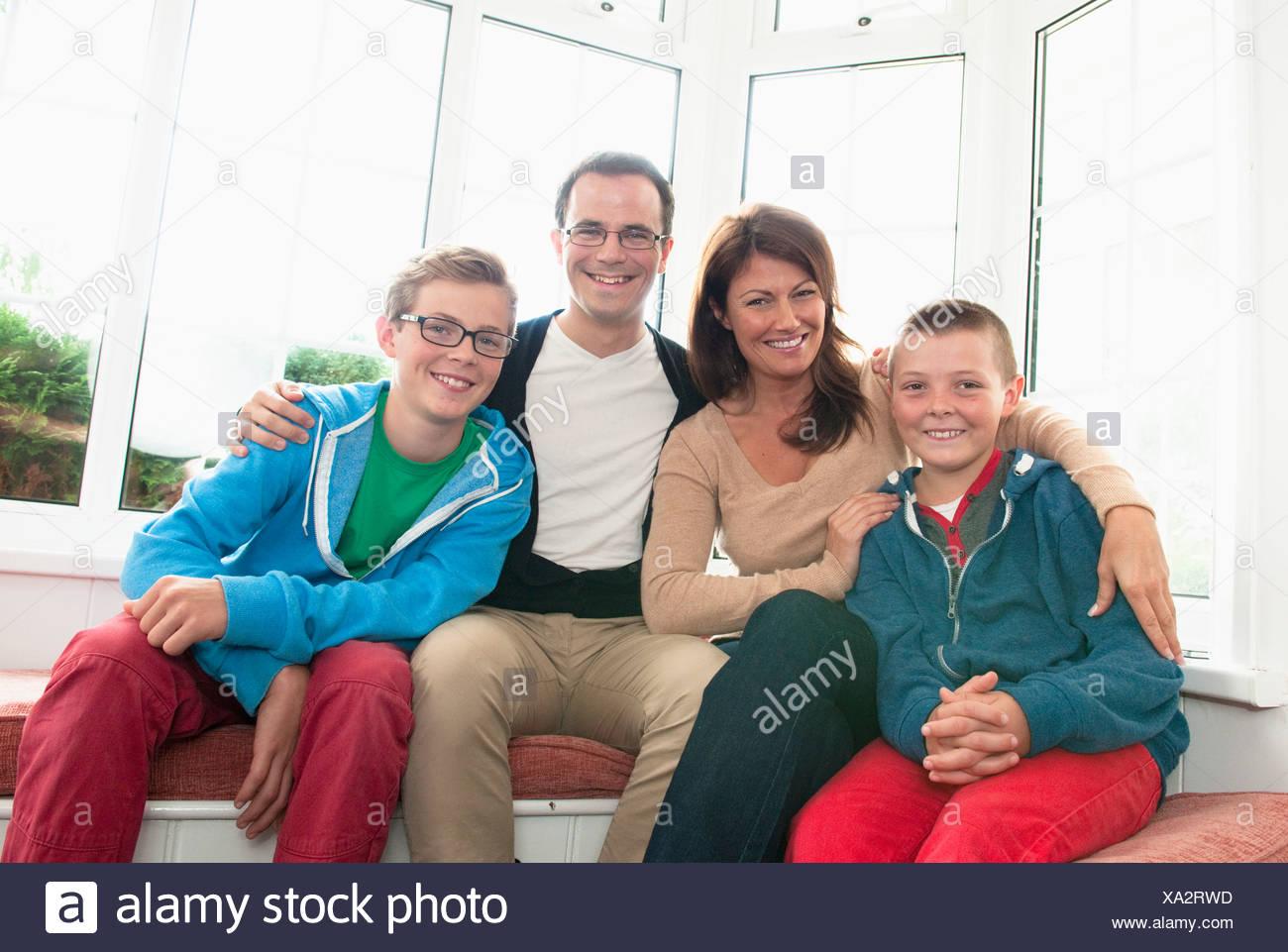 Portrait de famille en face de la fenêtre Photo Stock