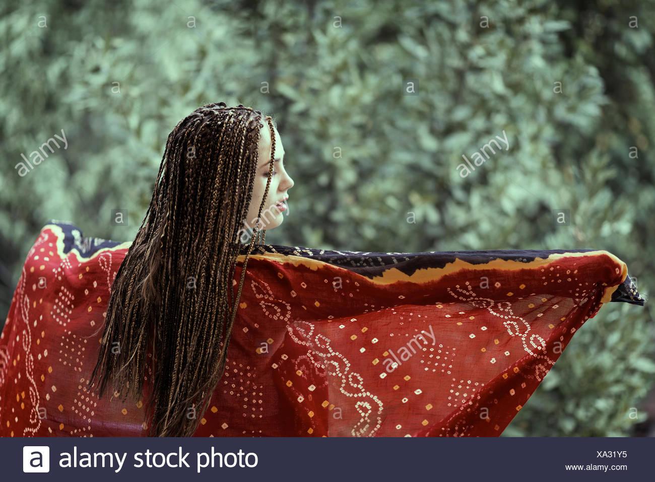 Jeune femme danse avec écharpe Photo Stock