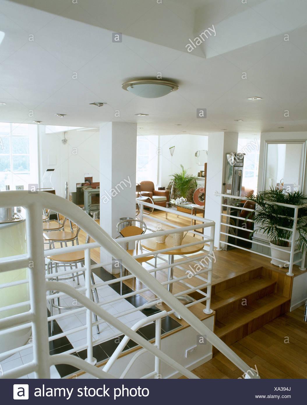 Rampes de métal blanc sur un escalier en bois à plan ouvert ...