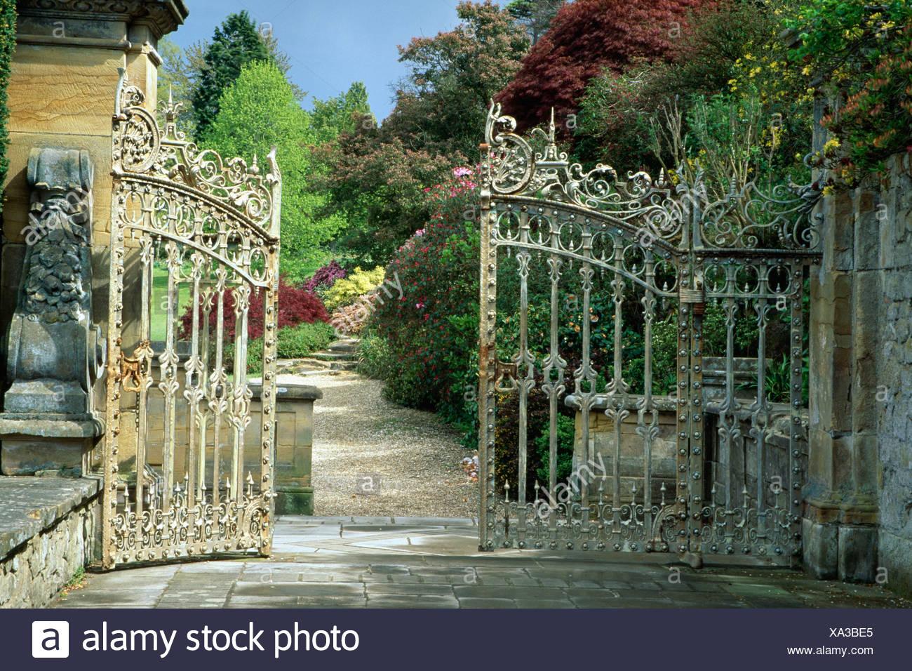 Ouvrez grand la porte de jardin en fer forgé avec vue sur ...