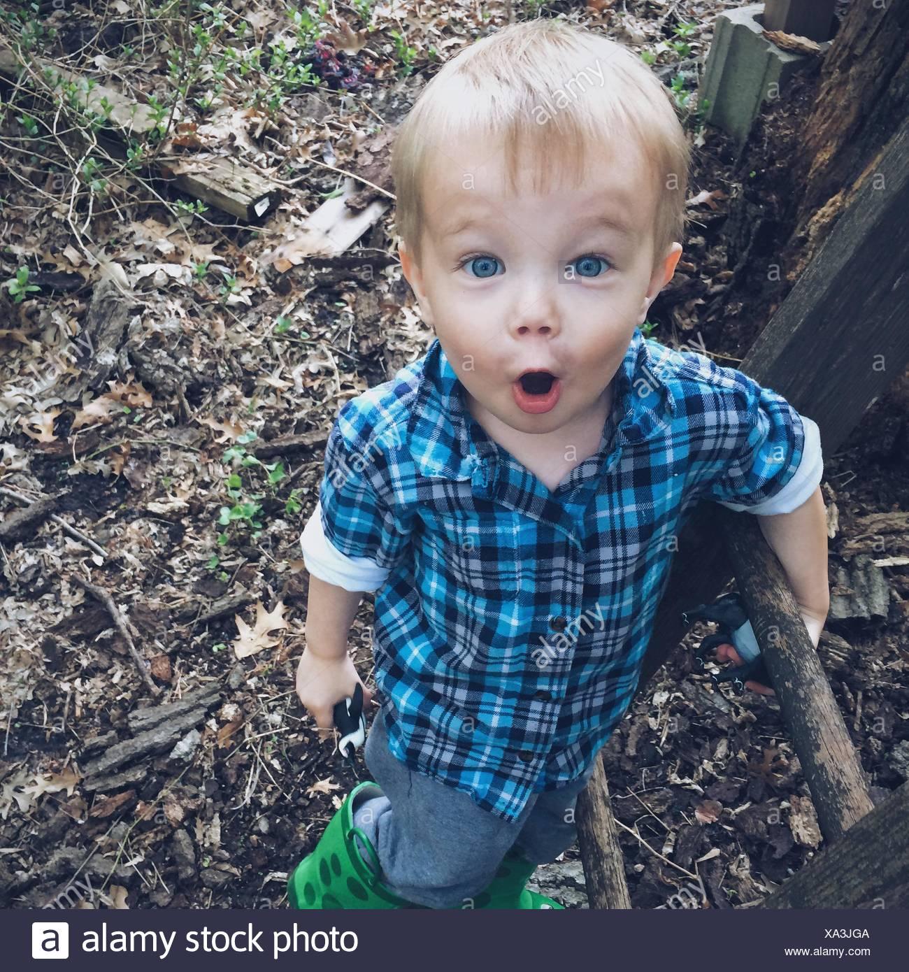 Garçon avec bouche ouverte à la choqué Photo Stock