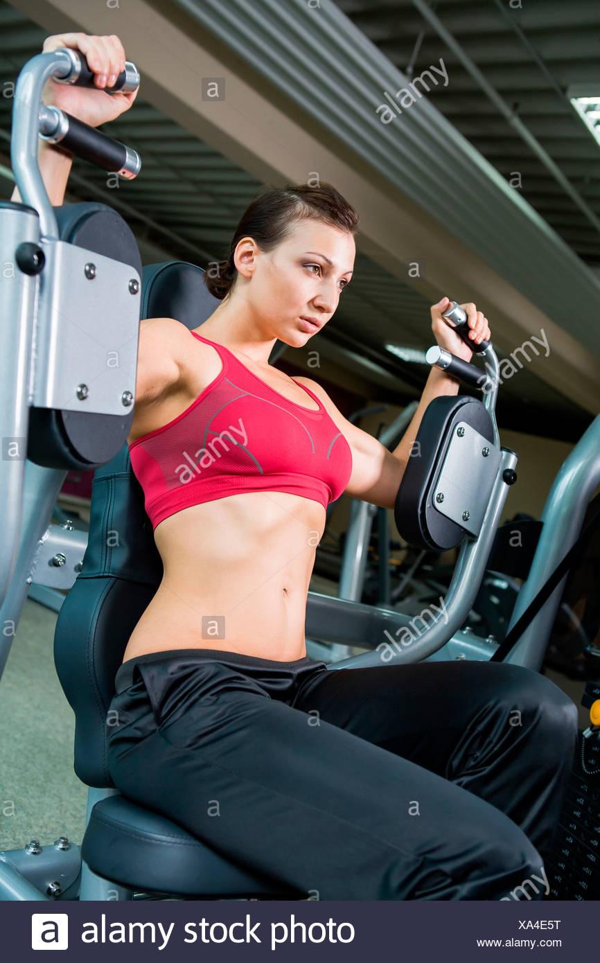 Jeune femme dans une salle d'haltérophilie Photo Stock