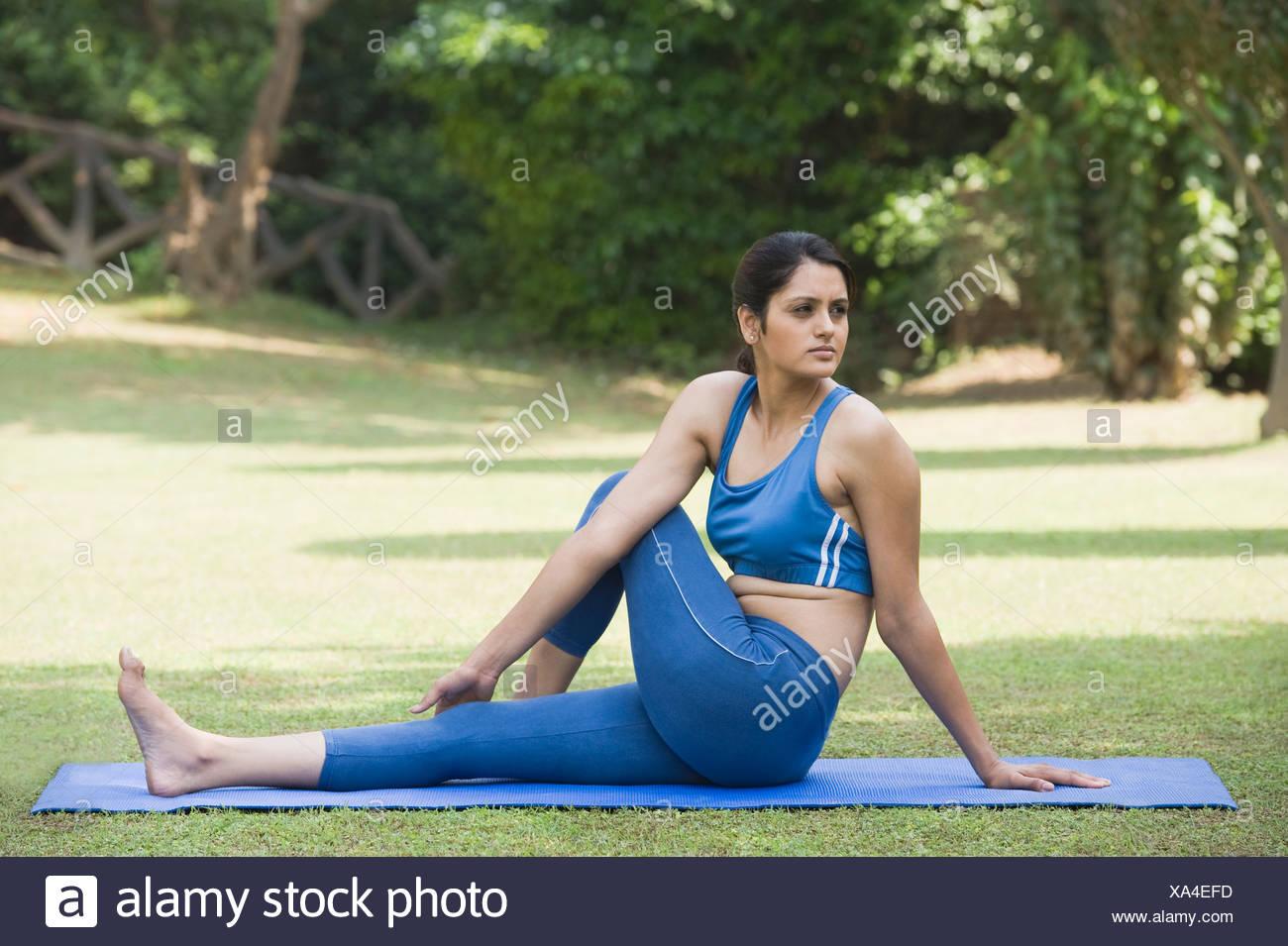 Femme Ardha Matsyendrasana (demi torsion vertébrale) Photo Stock