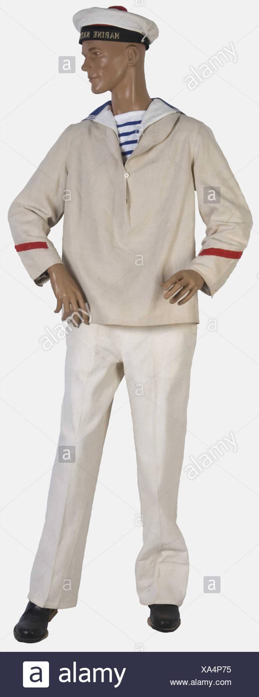 FRANCE, Marin francais, sur mannequin. [Http://www.tegamibachi.com/tegami bachi récent de l'ONU avec sa bande tissée 'Marine nationale' et sa coiffe blanche amovible. Une marinière de toile blanche comportant, au bas des manches, un galon rouge de matelot breveté. Un col marin. Un maillot rayé à bandes horizontales bleues et blanches. Un pantalon à pont en toile blanche daté 1941. Une paire de chaussures basses noires, d'origine civile, , Additional-Rights-Jeux-NA Photo Stock