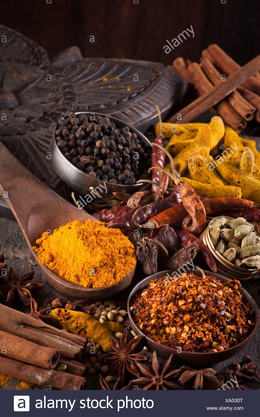 Épices indiennes/ flocons de piment, le curcuma, le Piment , Cardamome, badiane, poivre noir Photo Stock