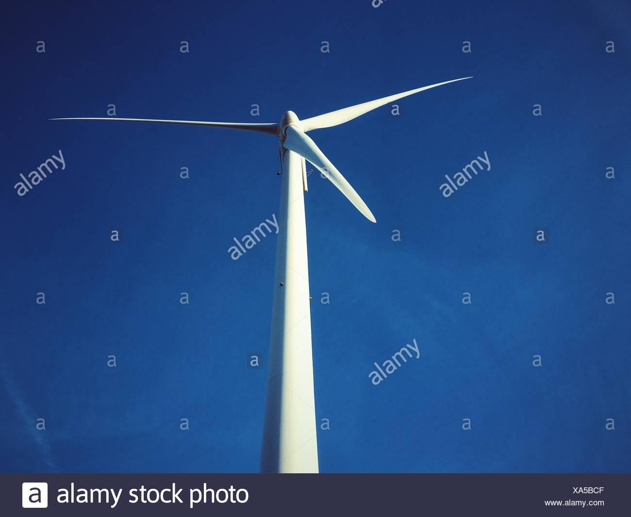 Low Angle View of Wind Turbine contre le ciel bleu Photo Stock