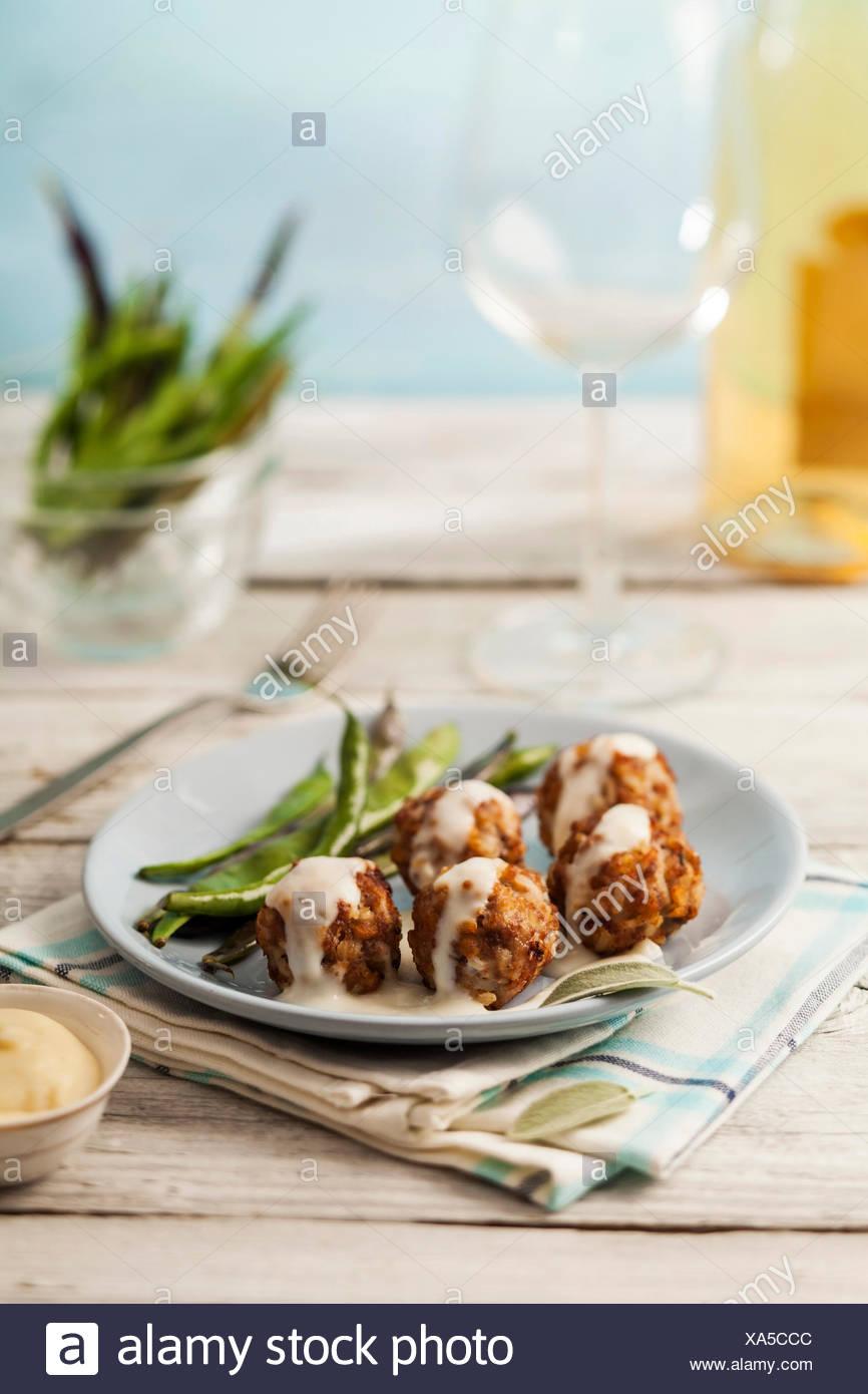 Boulettes savoureux en sauce blanche avec sage et haricots verts Photo Stock
