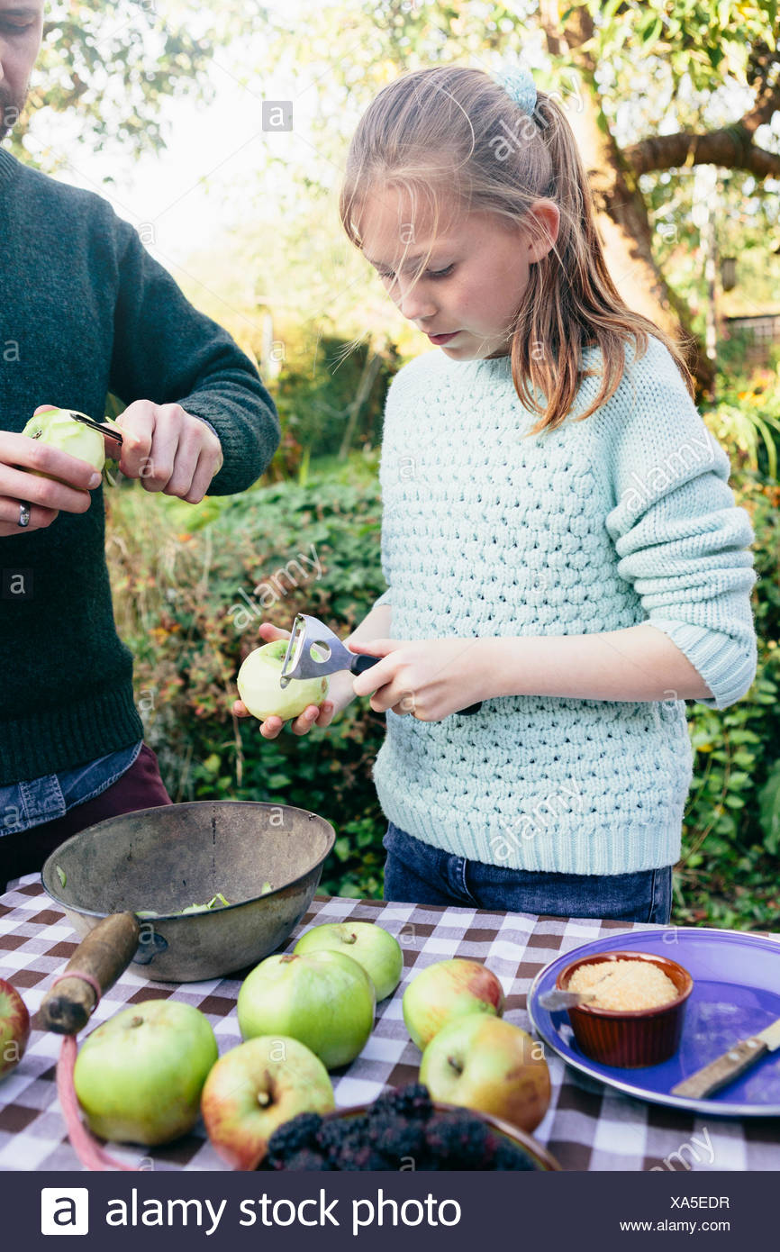 Peler les pommes de fille Photo Stock