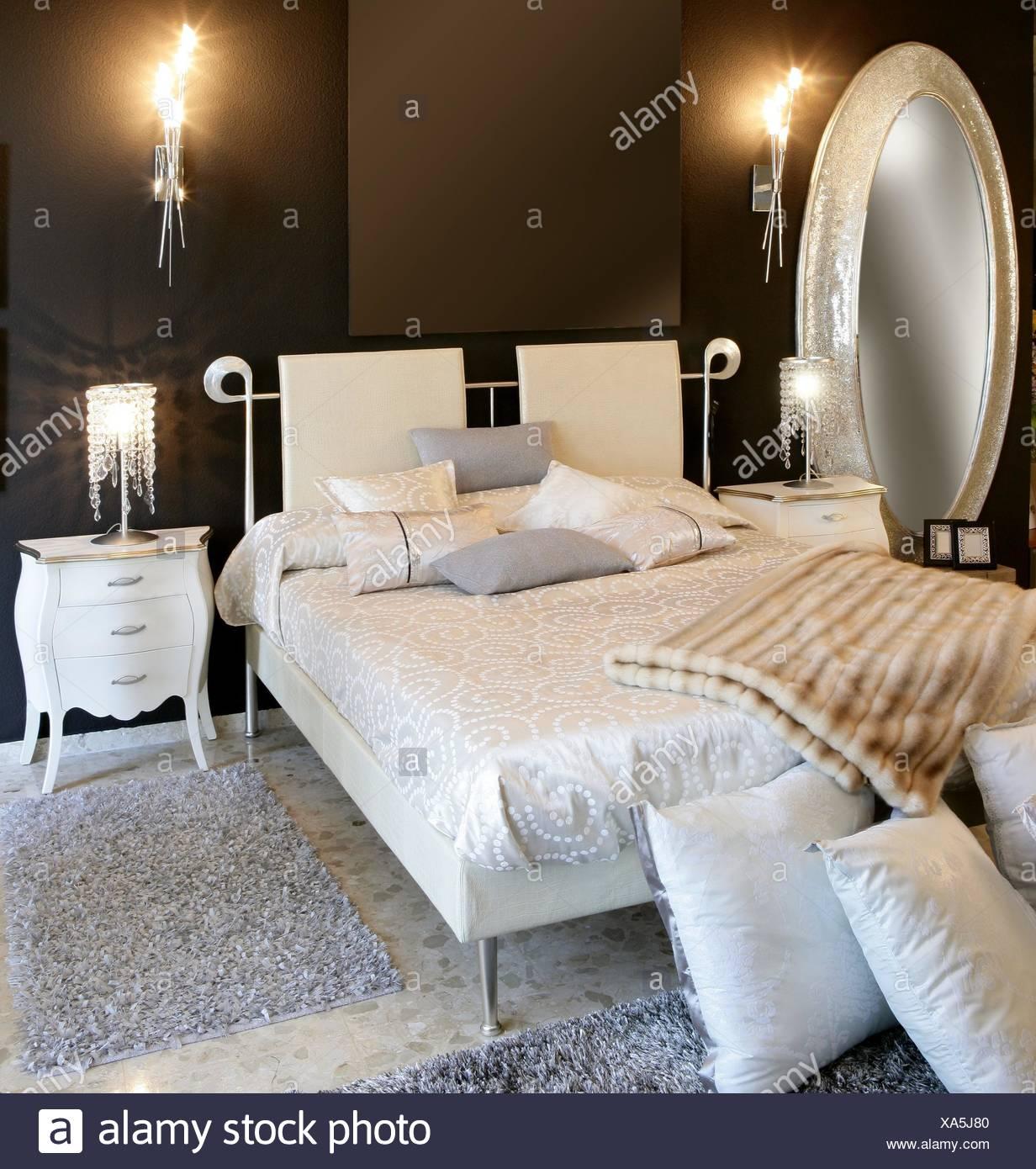 Merveilleux Miroir Ovale Argenté Moderne Chambre à Coucher Lit Blanc Mur Noir