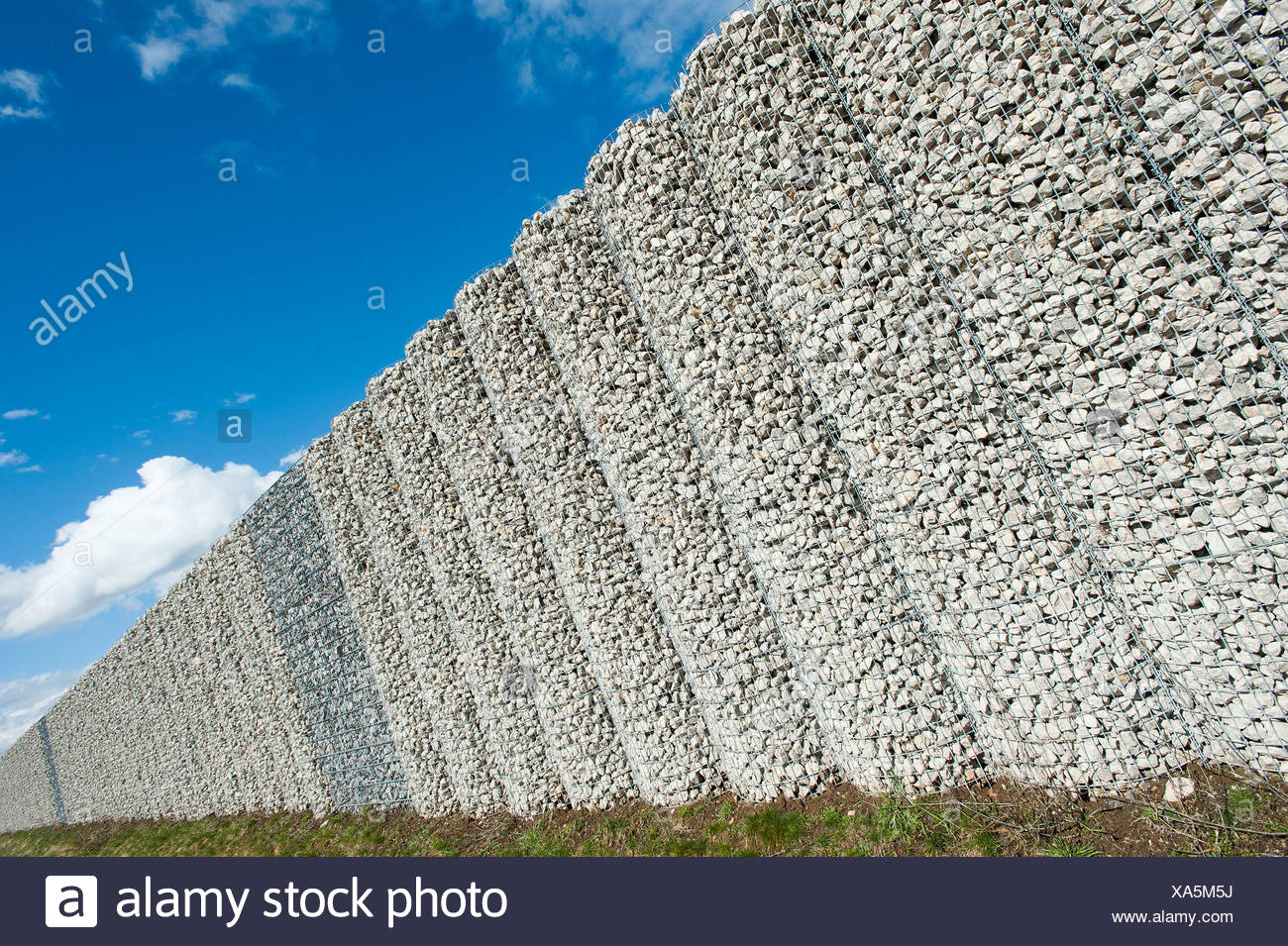 mur de gabions corbeilles filet rempli de pierres mur de protection contre le bruit sur l. Black Bedroom Furniture Sets. Home Design Ideas