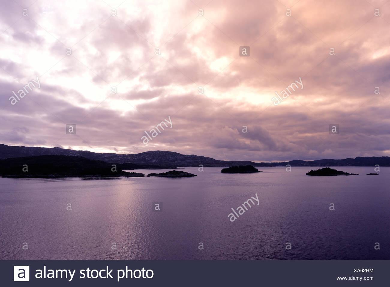 Dans le paysage du fjord twilight à Bergen, Norvège, Scandinavie, dans le Nord de l'Europe Photo Stock