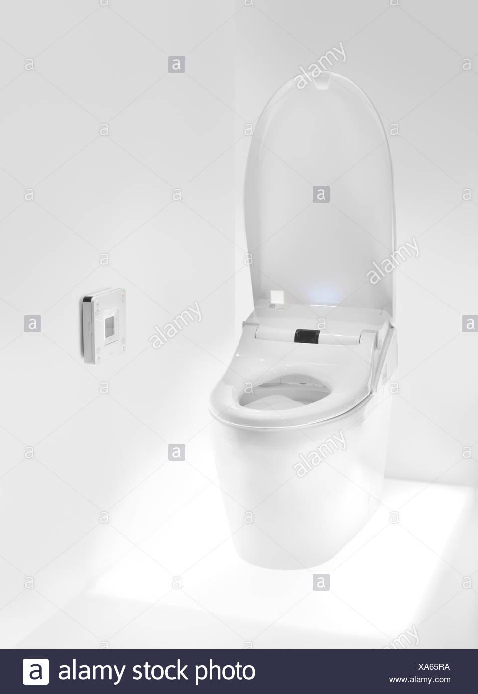 Toilettes avec Washlet Toto, siège toilettes high-tech avec une télécommande Photo Stock