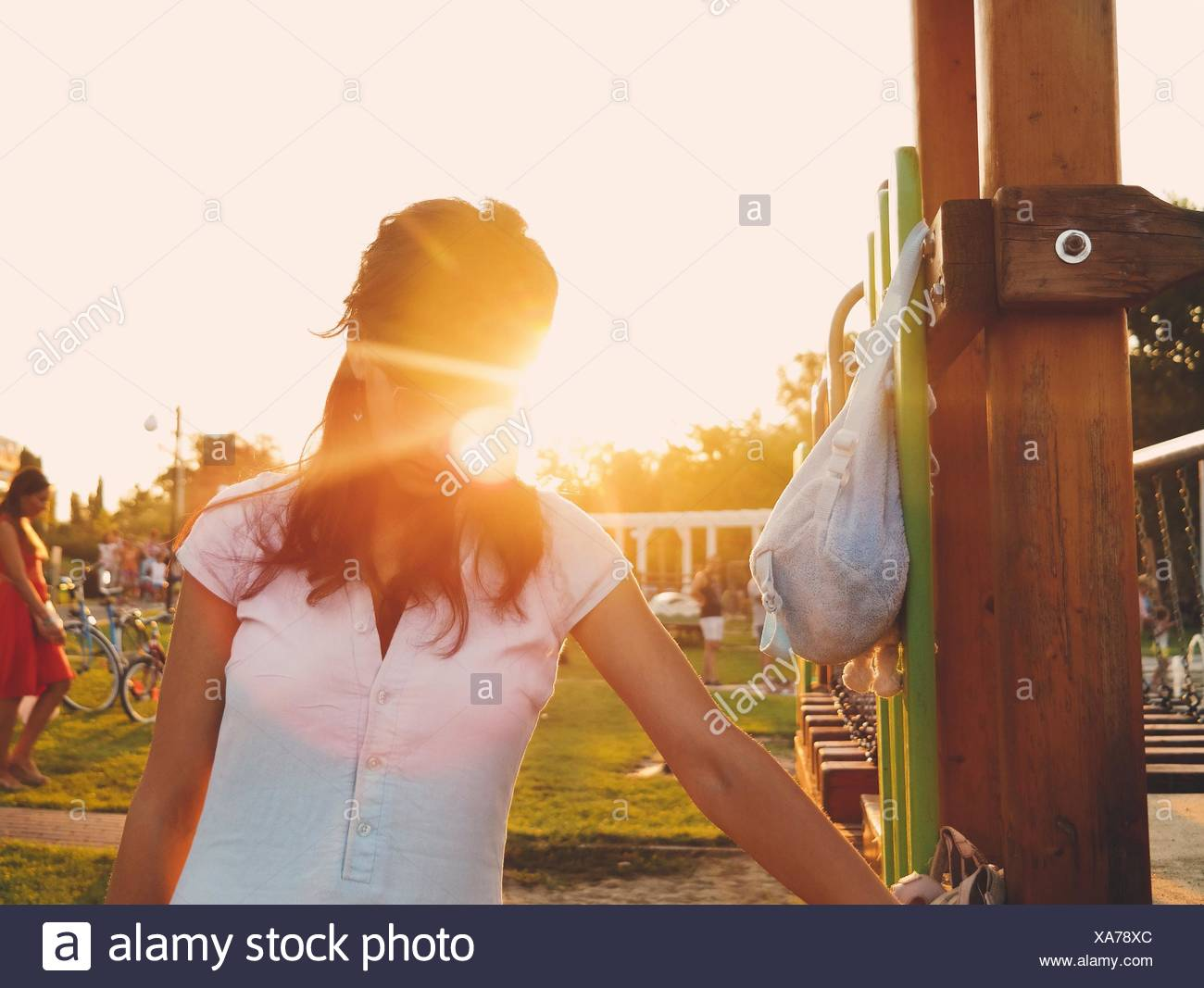 Woman Standing In Park contre Ciel sur Sunny Day Photo Stock