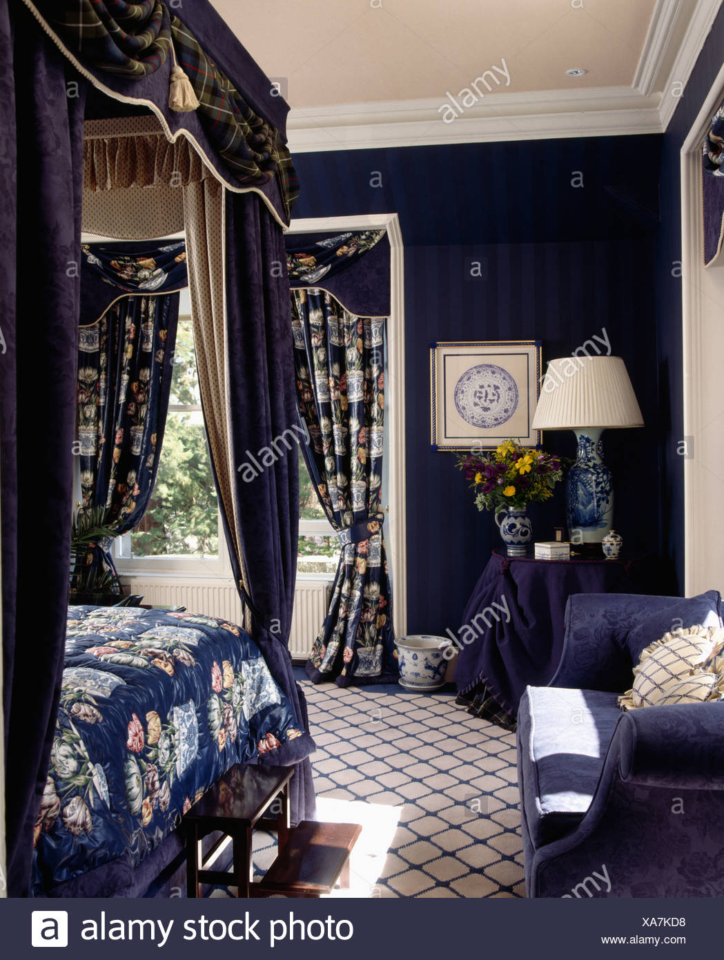 chambre avec moquette motifs et des murs bleu fonc et lit baldaquin avec des draps motifs. Black Bedroom Furniture Sets. Home Design Ideas