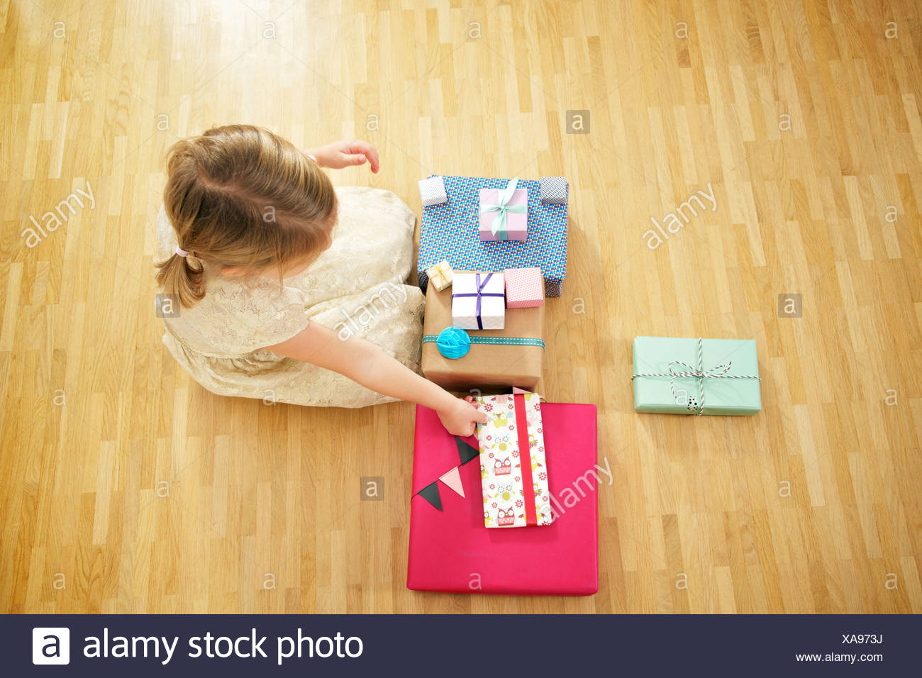 Fille sur anniversaire unwrapping gift boxes, Munich, Bavière, Allemagne Photo Stock