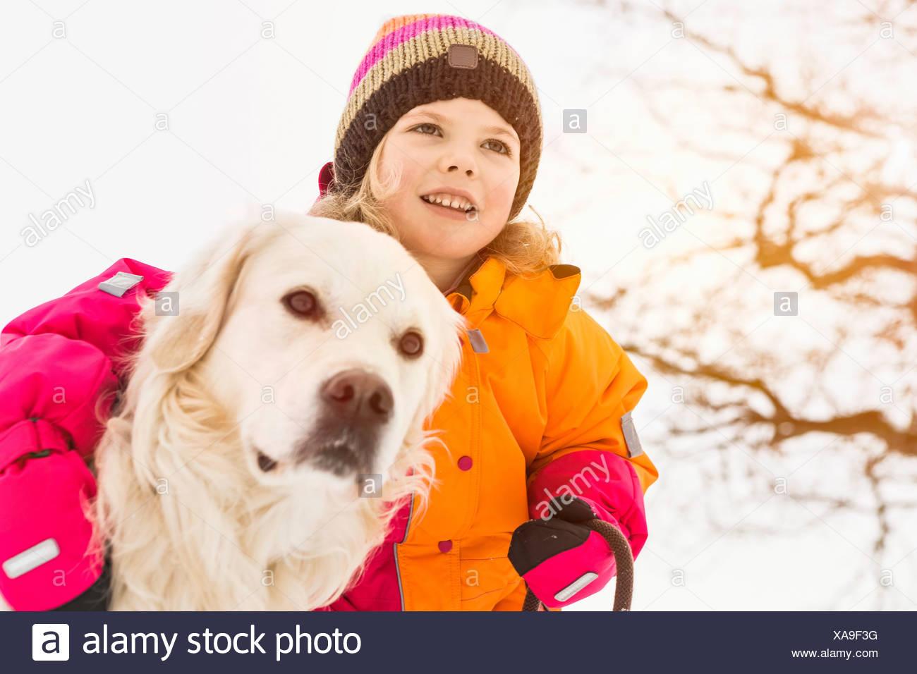 Fille avec bras autour de chien Photo Stock