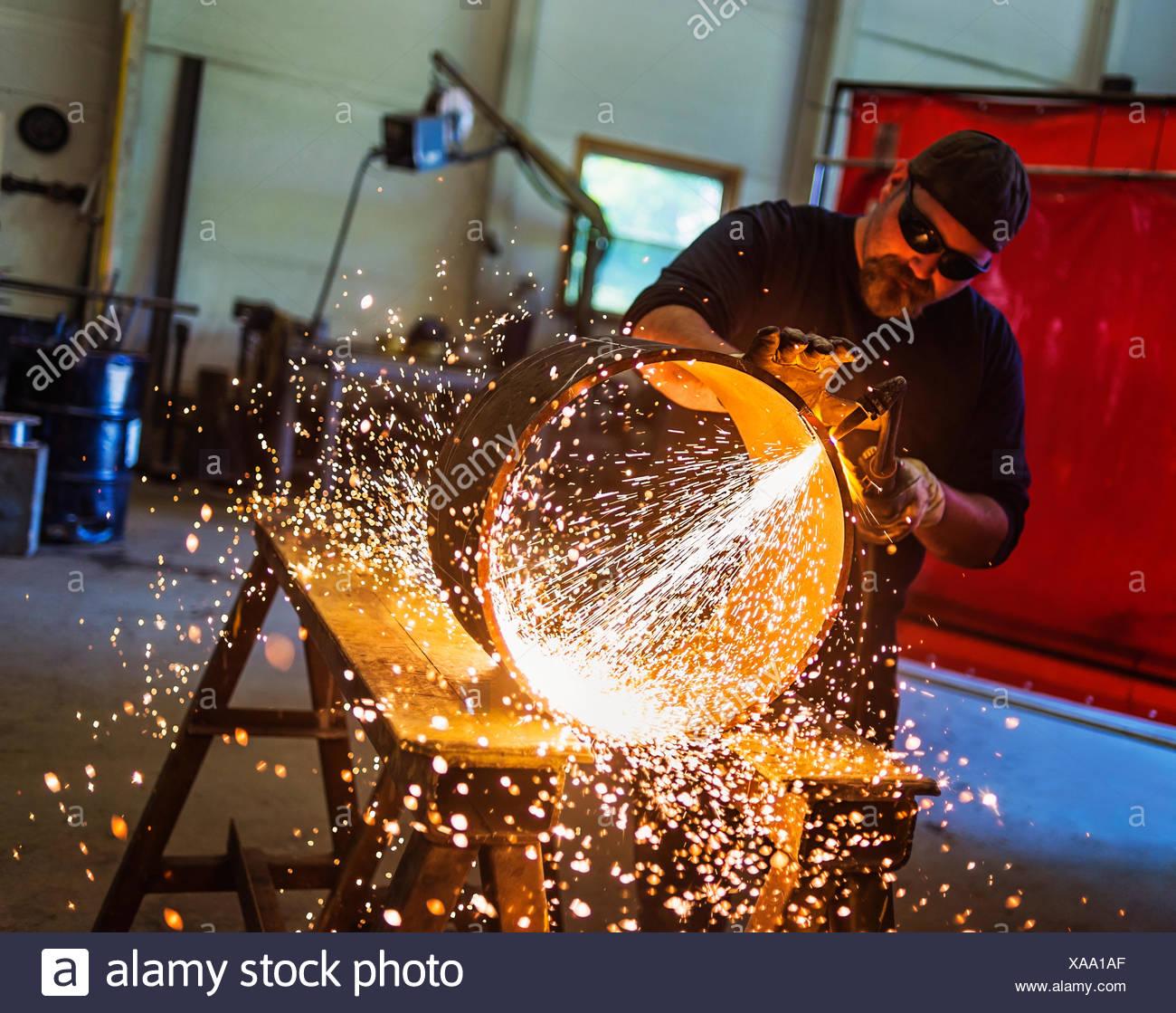 Soudeur travaillant dans l'atelier de métal Photo Stock