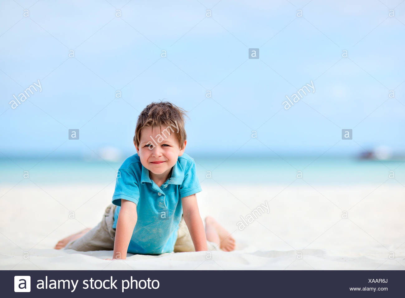 5 ans garçon de genou on tropical beach Photo Stock