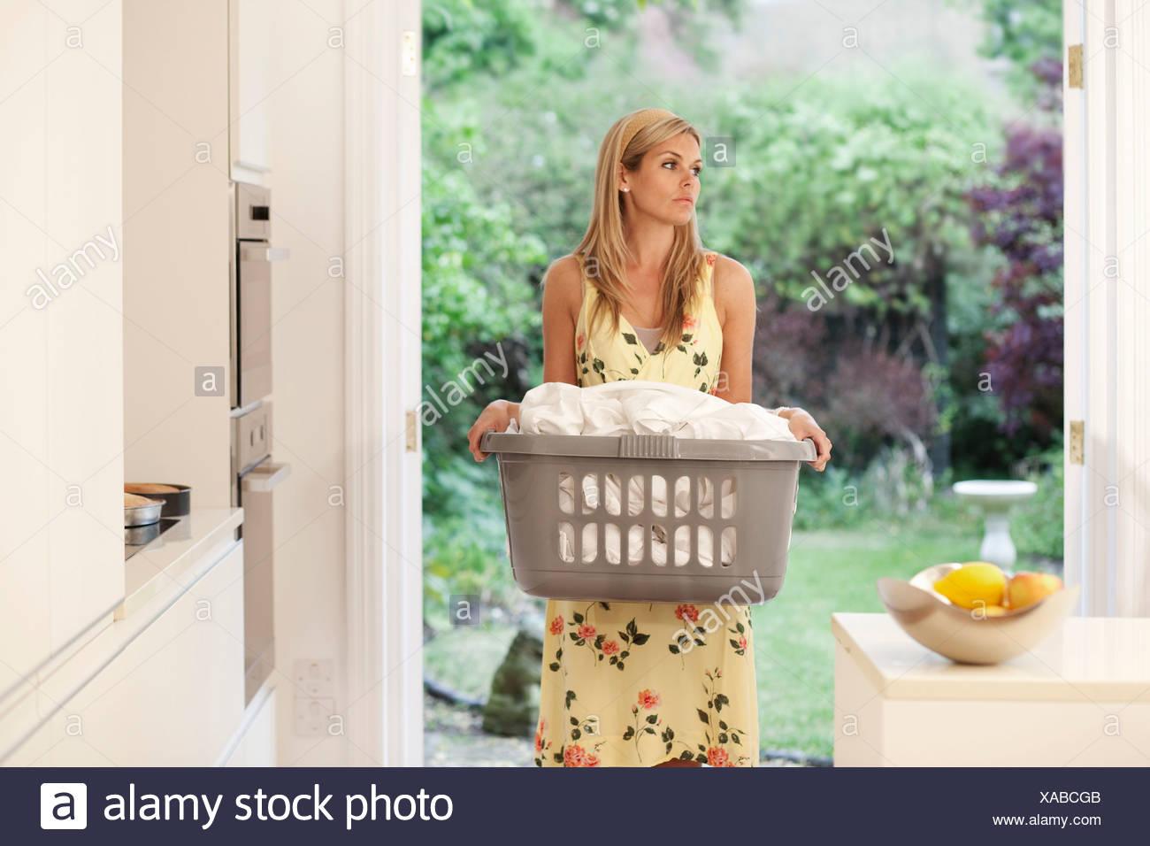 Jeune femme pressée en ménage Photo Stock
