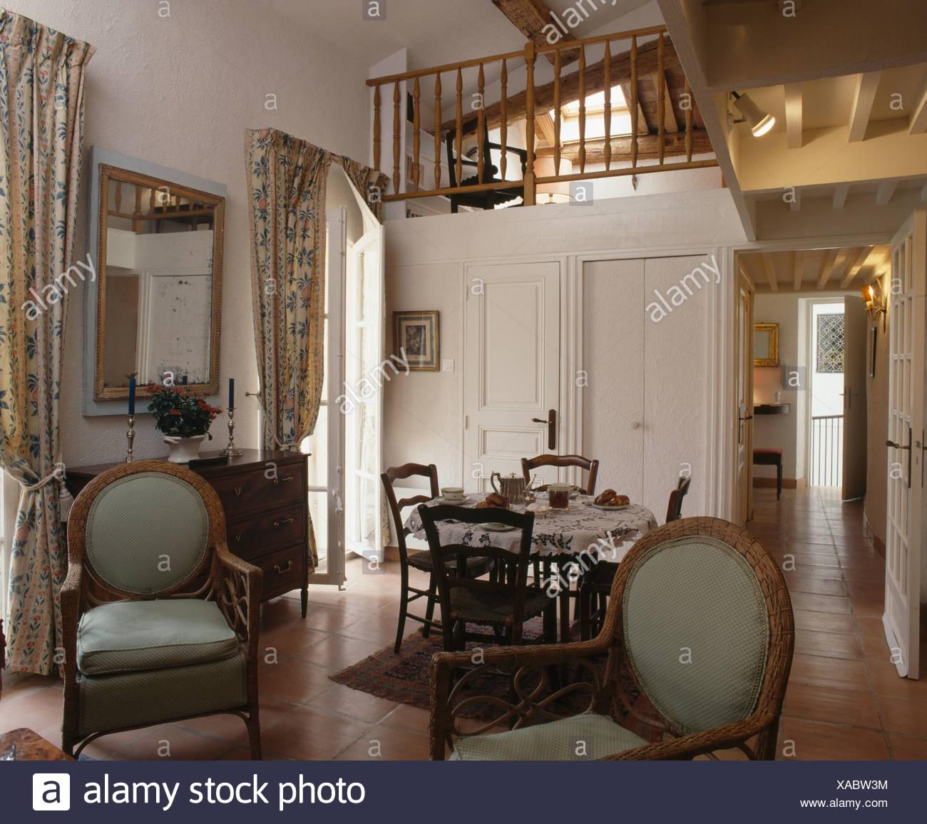 Chaises Anciennes Dans Le Coin Séjour Et Salle à Manger En Petit Loft  Appartement Avec Mezzanine Chambre De Conversion