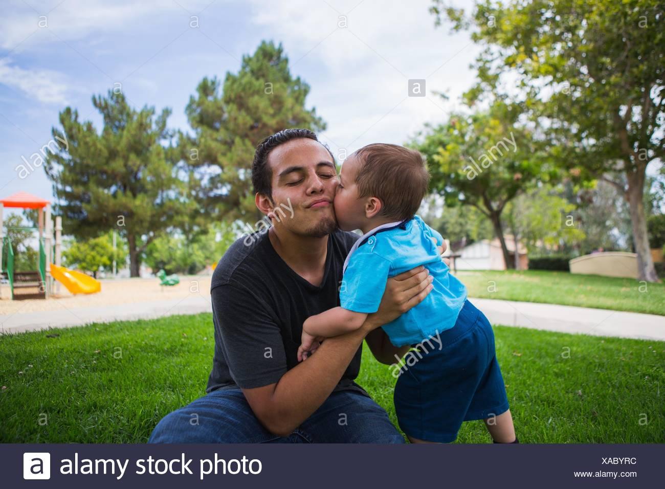 Tout-petits mâles adultes âgés baisers frère dans park Photo Stock