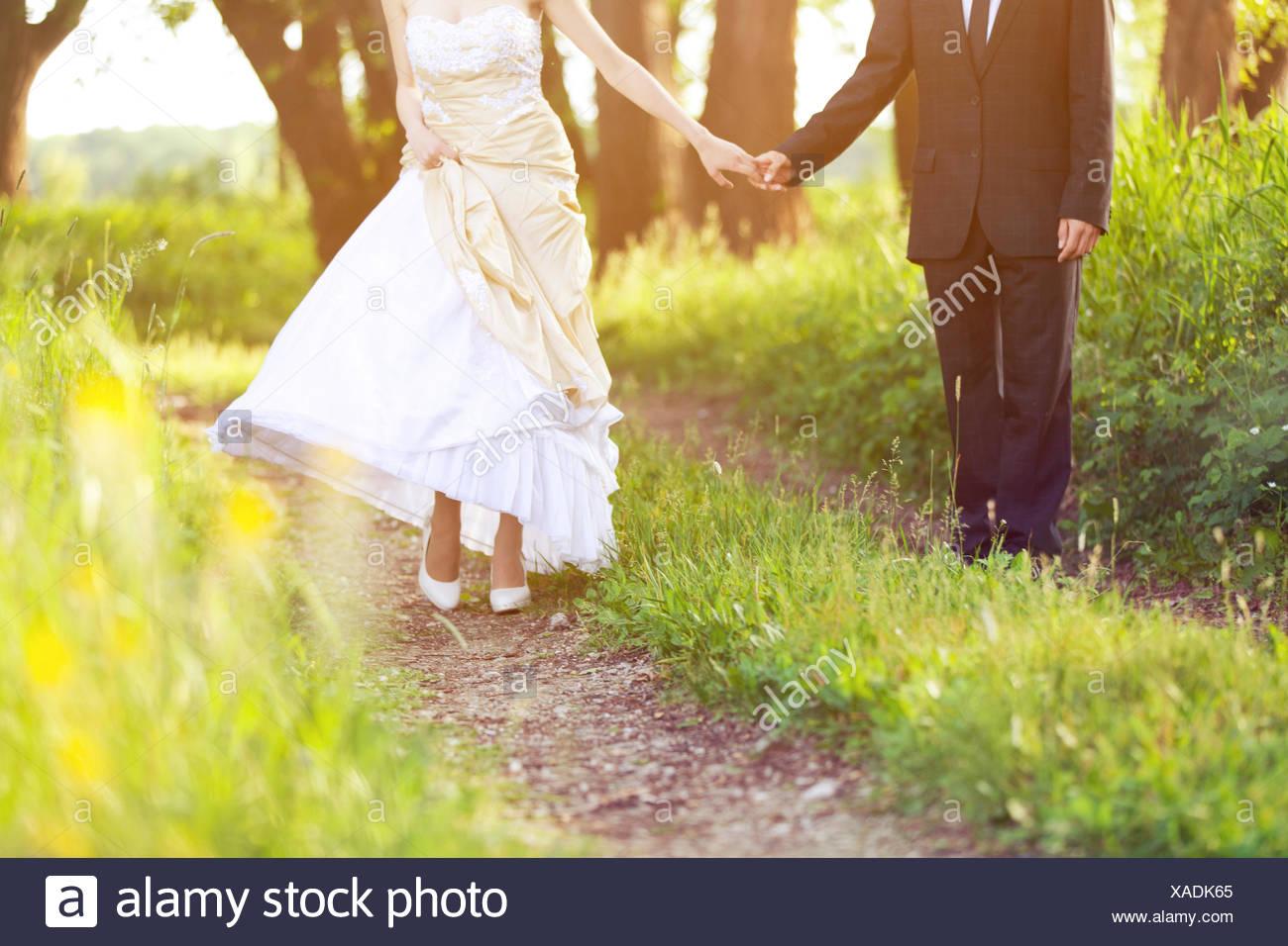 Mariée et le marié, marcher dans la nature Banque D'Images