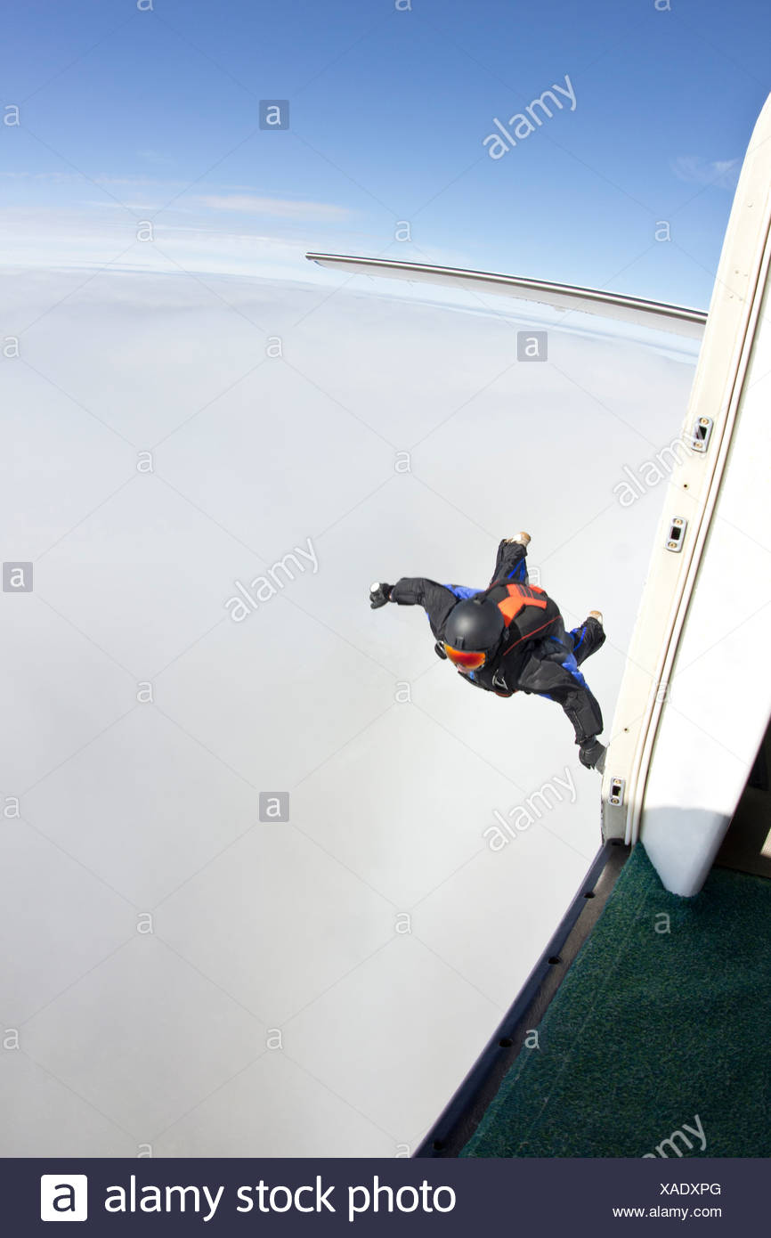 Mid adult man mid air préparer à voler en wingsuit Banque D'Images