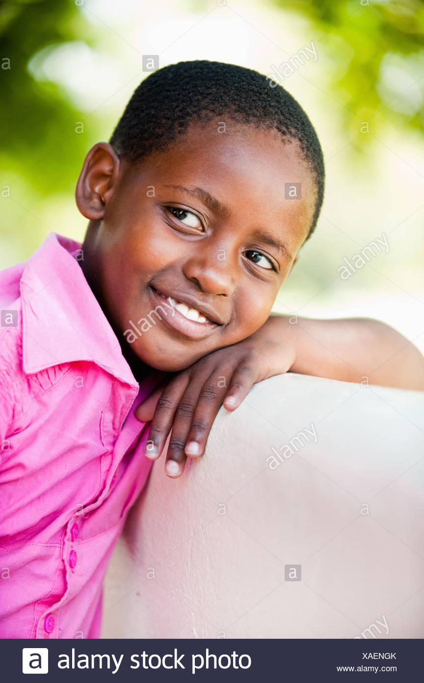 Girl (8-9) se penchant à l'extérieur, Johannesburg, la Province de Gauteng, Afrique du Sud Photo Stock