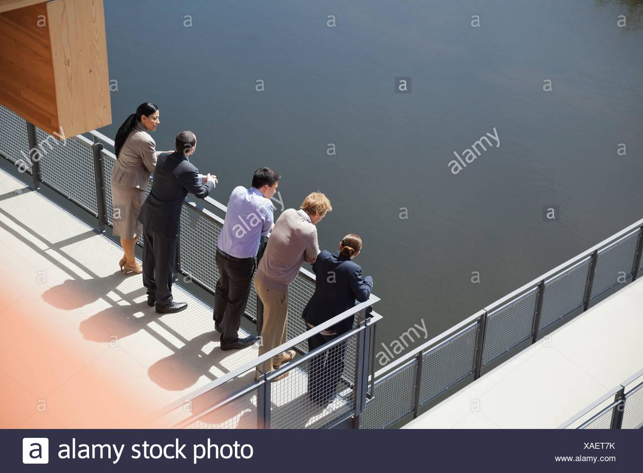 Les gens debout dans une ligne sur balcon Photo Stock