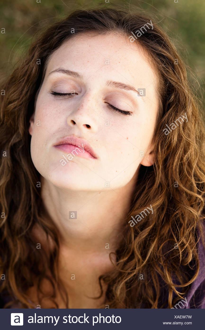 Young woman portrait yeux clos Photo Stock