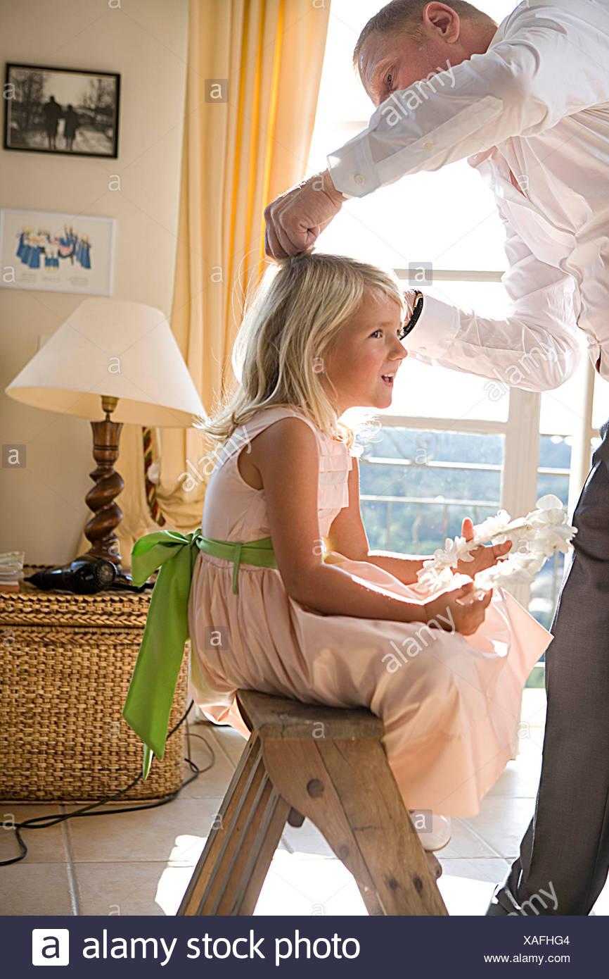Père prépare les cheveux de la fille Banque D'Images