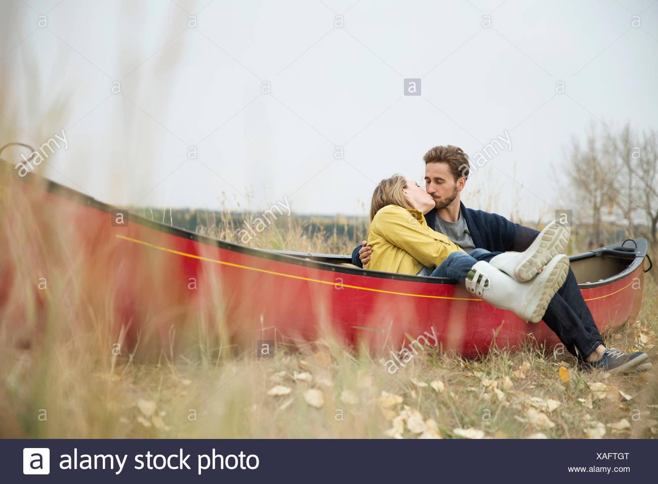Couple romantique sur la masse canoe Photo Stock