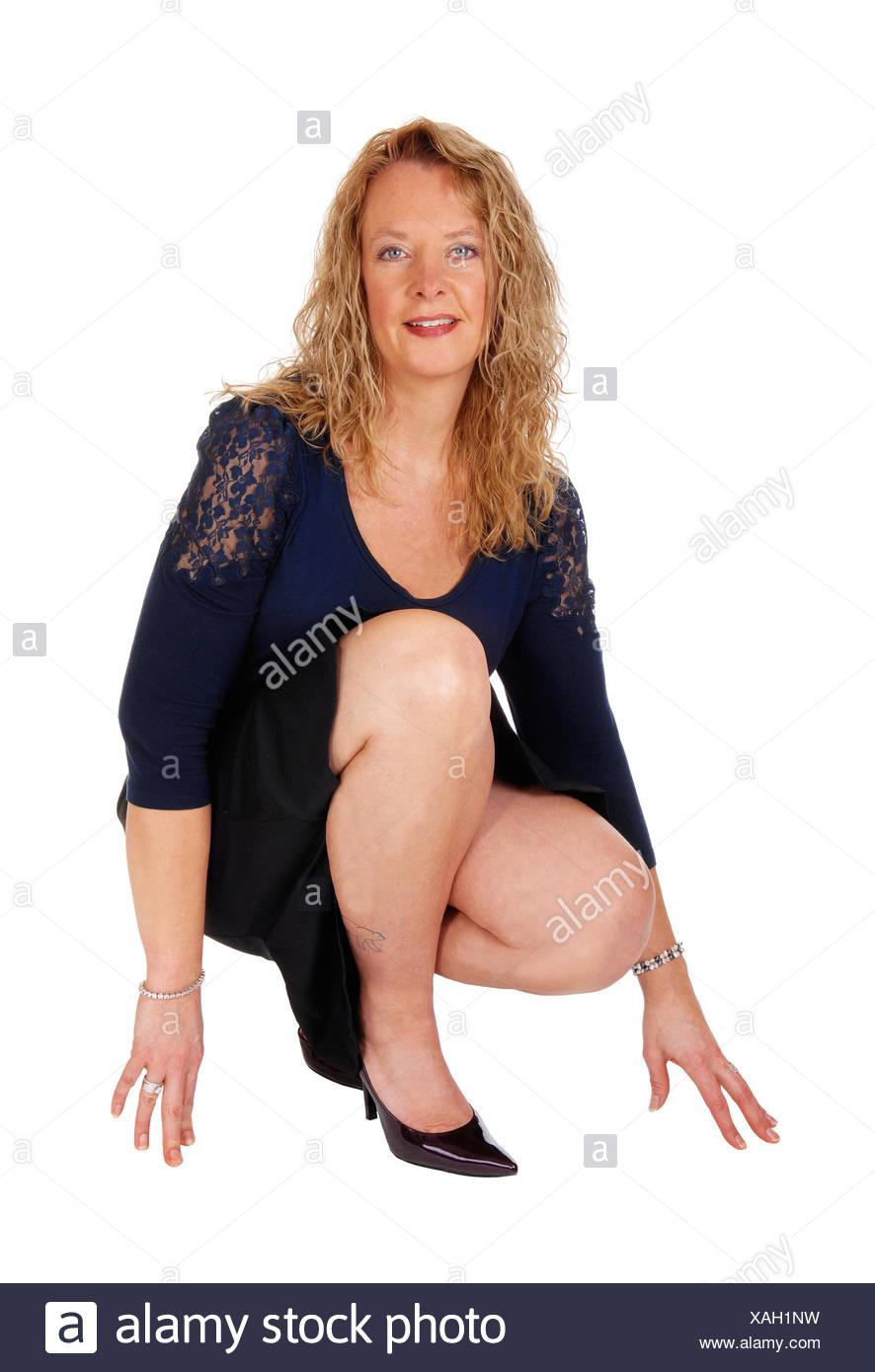 D'imagesPhoto Stock Accroupie Sur Femme Sol Le Jolie Banque 53ARj4Lq