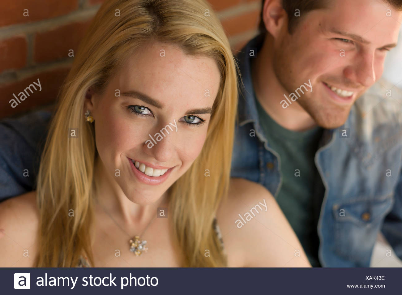 Portrait de couple, focus on young woman smiling Photo Stock