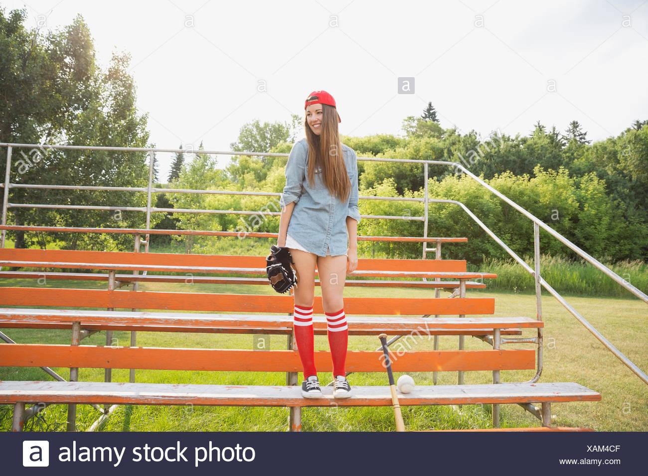Joueur de base-ball debout dans les gradins Photo Stock